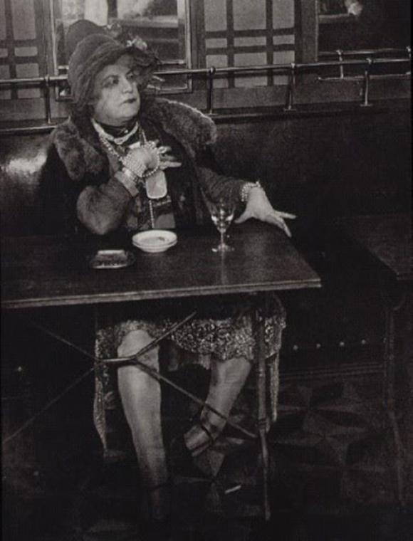 Le Journal de la Photographie, Môme Bijou au bar de La Lune, Montmartre, Paris, vers 1930-1932 © Halasz Gyula Brassaï