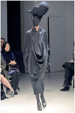 2dc3c7e9047 Ο Watanabe, όπως και η μέντοράς του Rei Kawakubo , είναι γνωστοί για το  σχεδιασμό καινοτόμων και διακριτών ρούχων. Ενδιαφέρεται ιδιαίτερα για τα  συνθετικά ...